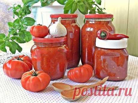 Соус из помидоров и перца на зиму.  Соус из помидоров и перца на зиму будет прекрасным дополнением к мясу, птице, пасте, а также для приготовления других блюд. Соус получается ярким на вкус и на вид, очень ароматным, в меру острым. Из указанного количества ингредиентов получается около трех литров соуса.  Для приготовления соуса из помидоров и перца на зиму понадобится: 3 кг помидоров; 0,3 кг репчатого лука; 0,5 кг болгарского перца; 1 стручок острого перца; 4-5 зубчиков ч...