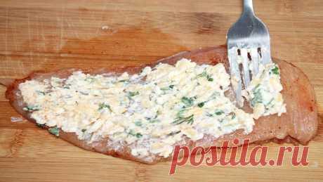 На филе выкладываю начинку и запекаю в духовке. Супер вкусные рулетики из курицы.