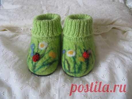 Оригинальные валяно-вязаные пинетки для малышей.
