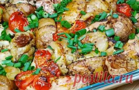 Вкуснейшее жаркое из курицы и овощей: необычная нарезка и укладка Вкуснейшее жаркое из курицы и овощей станет украшением любого стола: и повседневного, и праздничного. Времени на его подготовку именно вы затратите минимум: все остальное сделает духовка. Подаем жаркое на стол с лепешками или домашним хлебом: ум отъешь.