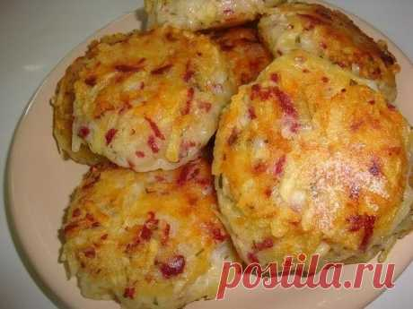 Драники с ветчиной, сыром и зеленью  Картофель – 6 шт.  Луковица – 1 шт.  Ветчина / любые колбасные изделия – 200 г.  Сыр твёрдый – 200 г.  Яйца – 2 шт.  Мука – 4 ст.л.  Укроп - пучок.  Растительное масло - 100 мл.  Соль, перец молотый - по вкусу.   Способ приготовления  1. Лук, ветчину, картофель и сыр натереть на крупной тёрке.  2. Добавить яйца, муку, измельчённый укроп. Посолить. Поперчить. Хорошо перемешать.  3. Выложить массу на хорошо разогретую сковор...