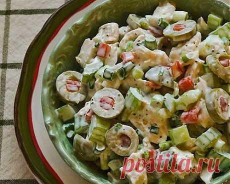 Салат с курицей и оливками.
