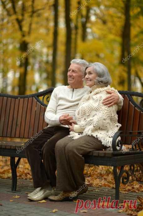 Я видел осень, в парке старом, Скамья и парочка на ней. Дыхание с уст срывалось паром, К друг другу жались всё тесней.  Сновали рядом молча птицы, Лишь шорох листьев октября. Безмолвно в даль смотрели лица, В них отражалася заря.  Лист желтый падал на колени, Погибнув всё дарил тепло. И свет для новых поколений, Хоть время для него ушло...  Она прижалася плотнее, Вся в сетке осени -  морщин. И стало на земле теплее, Без всяких видимых причин.  Я видел осень, в парке старом...