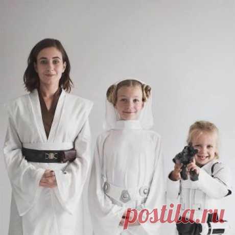 Мама и ёё дочки в одинаковых нарядах