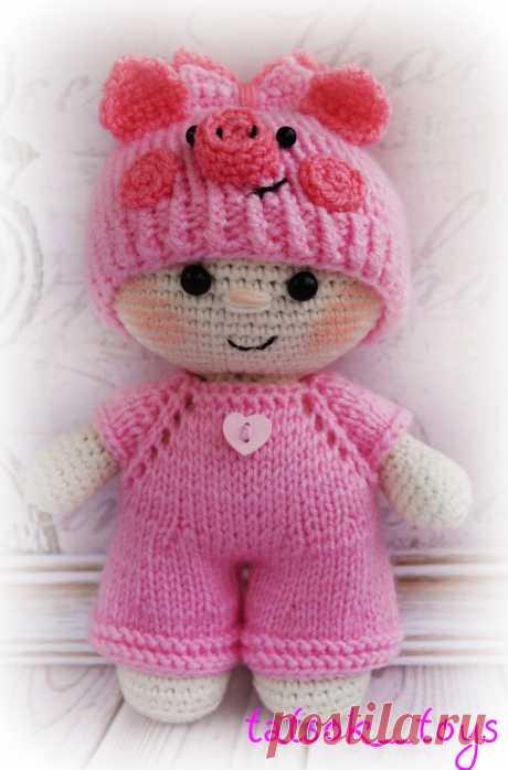 PDF Пупс в костюме свинки. FREE amigurumi crochet pattern. Бесплатный мастер-класс, схема и описание для вязания игрушки амигуруми крючком. Вяжем игрушки своими руками! Куколка, кукла, doll, puppet, puppe, marioneta, fantoche. #амигуруми #amigurumi #amigurumidoll #amigurumipattern #freepattern #freecrochetpatterns #crochetpattern #crochetdoll #crochettutorial #patternsforcrochet #вязание #вязаниекрючком #handmadedoll #рукоделие #ручнаяработа #pattern #tutorial #häkeln #amigurumis #dolls