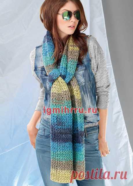 Длинный разноцветный шарф, связанный спицами разной толщины. Вязание спицами