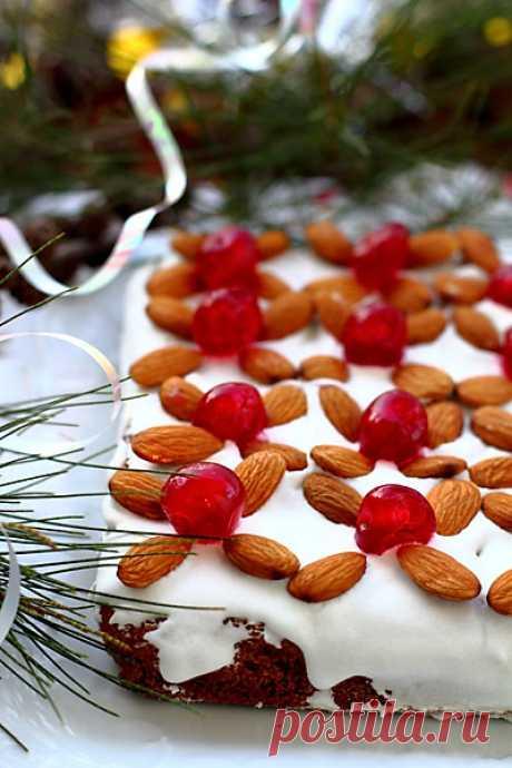 Медовая коврижка с миндалем - elaizik.ru Плотная, ароматная медовая коврижка с миндалем, традиционно выпекаемая в Германии к Рождеству. Вы можете не украшать ее глазурью и вишнями, а просто посыпать сахарной пудрой. Рецепт рассчитан на 24 печенья размером 5х5 см. Для этого нужна плоская форма 33 см х 23 см (можно взять одноразовую из фольги или бумаги). Не забудьте вложить в форму…