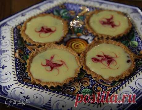 Миндальные корзиночки с малиной и ганашем из белого шоколада . Ингредиенты: малина замороженная, шоколад белый, мука