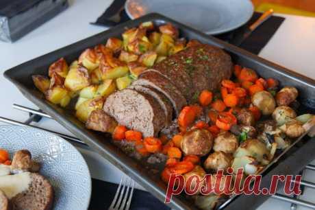 Запеченный мясной рулет с грибами и овощами. Праздничный мясной рулет из фарша, запеченный в духовке с шампиньонами, картошкой, морковью и репчатым луком.