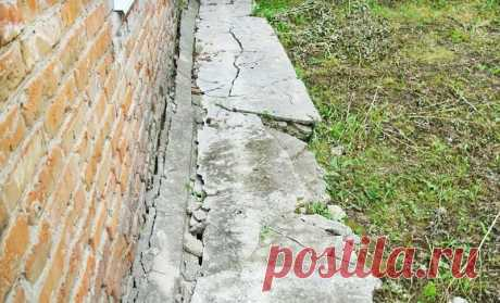 У соседа разрушается отмостка. Он в недоумении: почему бетон начал крошиться? И можно это исправить?   БЛОГ СТРОИТЕЛЯ   Яндекс Дзен