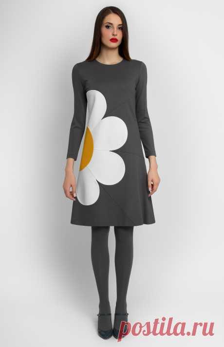 Skailee Трикотажное платье А-силуэта с длинным рукавом. Круглая горловина. Потайная молния на спине. Без карманов и без подкладки. На фото: модель ростом 176 см, размер S.