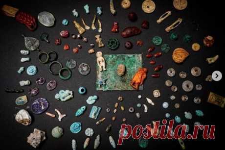 Археологи нашли в Помпеях сокровищницу Археологи нашли вПомпеях сокровищницу сукрашениями иоберегами времен Римской империи. Предметами пользовались вповседневной жизни. Намногих