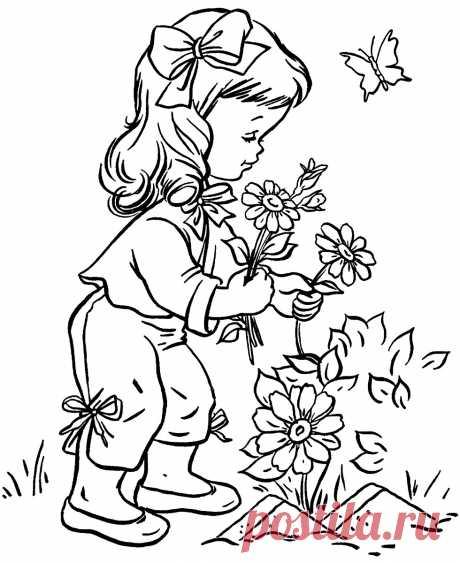 Малышка собирает цветочки