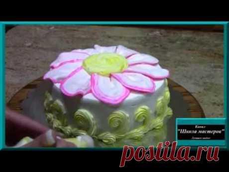 La flor grande - adornamiento insólito de la torta. La formalización de las tortas en las condiciones de casa