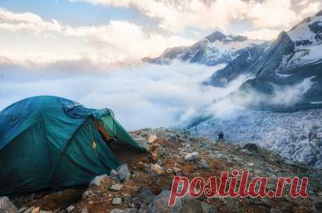 Стоянка над ледопадом Тютюн, Безенги, Кабардино-Балкария. Снимал Сергей Лукашенко.