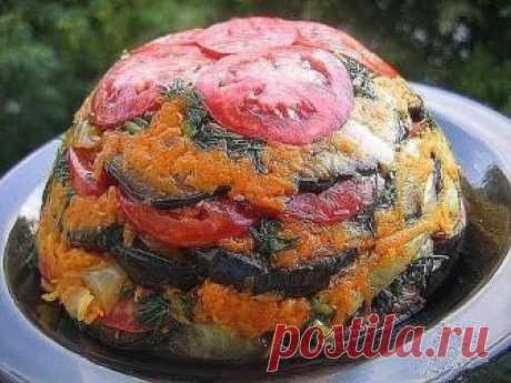 ¡La torta veraniega de hortalizas - los deditos lameréis! ¡Mejor cualesquiera colaciones!\u000aLos ingredientes\u000aLas berenjenas - 2-3 piezas\u000aLa zanahoria - 2 piezas\u000aLos tomates - 3-4 piezas\u000aLa cebolla - 1 pieza\u000aEl ajo - 2 dientes.\u000aLa verdura fresca - el hinojo, el perejil.\u000aLa sal - por gusto.\u000a\u000aEl modo de la preparación\u000a\u000aEl paso 1 Berenjenas cortar fino kruzhochkami, salar y freír en el aceite.\u000aEl paso 2 Cebolla cortar por los semicírculos, la zanahoria friccionar sobre un gran rallador y todo freír juntos.\u000aEl paso 3 forma Profunda cubrir por la película alimenticia.\u000aEl paso 4 Más poner hortaliza...