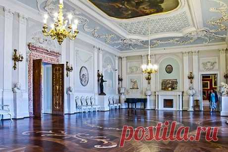 White Hall at the Grand Palace in Gatchina, royal estate south of St Petersburg, Russia | Pinterest • el catálogo Mundial de las ideas
