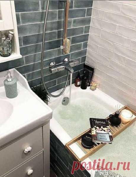 Небольшая ванная комната, но уютная и может быть место для отдыха с книгой и свечами