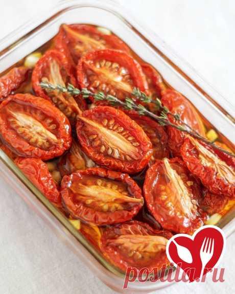 АППЕТИТНЫЕ ВЯЛЕНЫЕ ТОМАТЫ   Сложность   15-20 мин. (активная фаза готовки)   Ингредиенты:  1-2 кг томатов (сорт «сливка» и «черри»)  соль, специи, чеснок по вкусу  3-4 ст.л. оливкового масла   Как готовить:  Помидоры разрезать на половинки. Выложить на противень срезом вверх. Посыпать сухим чесноком, солью, смесью трав и сбрызнуть оливковым маслом (А вы пробовали вяленые томаты? Оставьте  или  в комментариях и поделитесь своим рецептом).  Отправить противень с помидорами ...