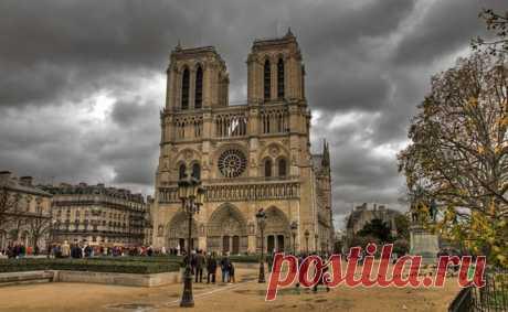 Легенды Собора Парижской богоматери | Париж | Франция | Статья блога | Your Audioguide Нотр-дам-де-Пари, пожалуй, самый известный собор Франции, визитная карточка страны. Он стоит в самом сердце Парижа, на острове Сите, которым в средние века ограничивался город. Собор Парижской Богоматери строился около двух веков. Он был построен в промежуток с 1163 по 1345 годы. Виктор Гюго назвал собор со всеми его знаками и символами 'наиболее удовлетворительным кратким справочником о...