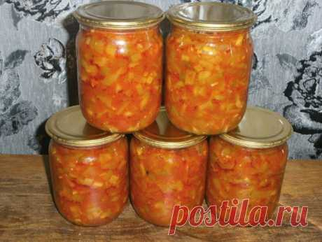 """Салат """"Дон Жуан"""" из кабачков Для приготовления понадобится: • кабачки - 4 кг.; • томатная паста - 400 гр.; • соль - 100 гр.; • сахарный песок - 2 стакана; • растительное масло - 0,5 л.; • черный перец - 10 горошин; • гвоздика - 5 шт.; • красный молотый перец - 1 ч.л.; • 70%-ая уксусная эссенция - 1 ст.л.; • толченый чеснок - по вкусу. Приготовление: 1. Кабачки промыть, срезать кожуру, удалить семечки и натереть на крупной терке или порезать мелкими кубиками. 2. Кабачки, то..."""