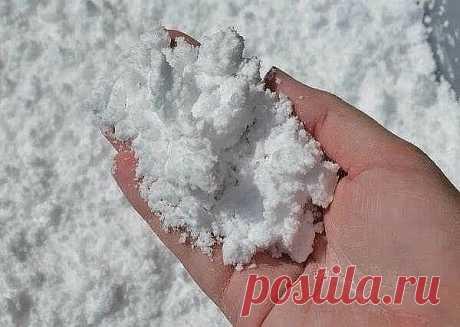 Рецепт искусственного снега  Невероятно воздушный, мягкий и шелковистый, а самое главное - холодный на ощупь снег. И что очень понравится и вам, ивашим деткам - что из него можно лепить. Например, попробуйте слепить маленького снеговика.  Рецепт очень простой: берете соду и добавляете в нее пену для бритья. Все смешиваете и в результате химической реакции получается самодельный снег, с которым интересно играть. Кроме того, такое занятие полезно для развития тактильной чув...