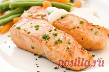 Рецепт от шеф-повара: Рыба в фольге Ингредиенты: — Рыба (любая красная) — 2 порционных куска — Лук — 1/2 шт. — Лимон — пару кусочков — Помидор — 1 шт. — Лавровый лист —...