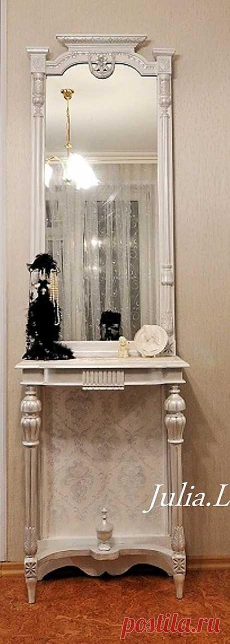 Зеркало конец XIX века. Полная расчистка, реставрация, перекраска в белый цвет, детали резьбы выделены жемчужным пигментом, столешница и стенка под столешницей оклеены фактурной тканью, окрашены.