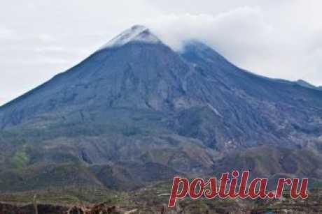 Самые опасные огнедышащие горы планеты Извержение вулкана представляет для человека одну из самых серьезных опасностей. Помимо риска быть погребенным (сожженным) под потоками лавы вблизи вулкана, есть риск отравления вулканическим пеплом, ...