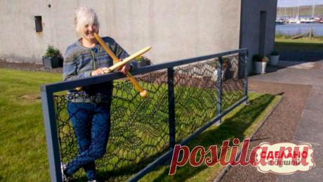 Вы только представьте! Она связала себе на дачу - забор. Крайне необычно, но весьма эффектно смотрится...