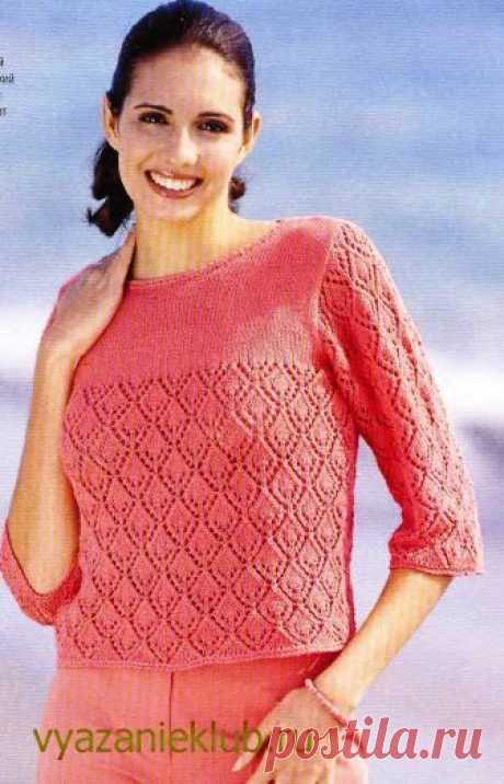 Связанная простой лицевой гладью кокетка создает яркий контраст ажурному узору с ромбами. Рукава 3/4 делают пуловер очень модным.