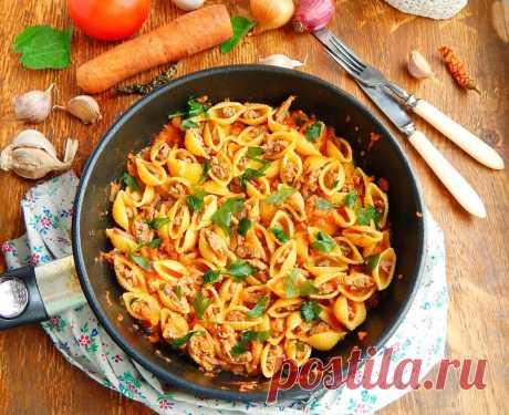 Ракушки фаршированные фаршем на сковороде. Простое, вкусное и красивое блюдо из макарон и фарша! Фаршированные макароны ракушки простое блюдо, пришедшее к нам из Италии, где из любимого традиционного продукта жителей - макарон - готовят огромное количество блюд. А макароны в форме больших ракушек начиняют разными начинками. Одно из простых блюд, напоминающее по вкусу наше блюдо – макароны по-флотски, является фаршированные макароны фаршем на сковороде, только внешне оно вы...