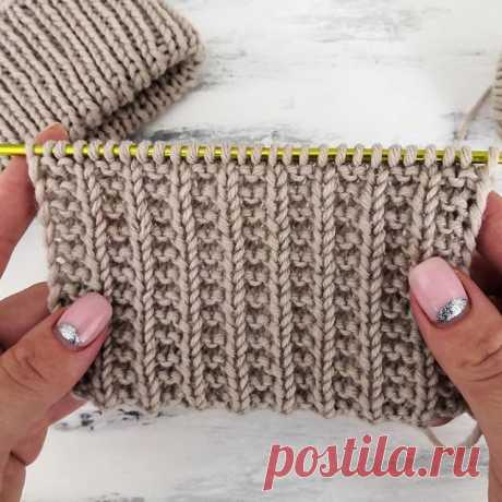 Жемчужная резинка спицами. Этот узор отлично будет смотреться в виде резинки на вязаных изделиях, а также как самостоятельный узор.  Узор вяжется проще простого, справится даже начинающая вязальщица.  Отлично будут смотреться связанные этим узором шапки, свитера, кардиганы.  Раппорт узора составляет 3 петли и 2 ряда.  Для вязания поворотными рядами набрать число петель кратное 3 + 2 петли для симметрии + 2 кромочные петли.  Раппорт узора при поворотном вязании: 1 ряд: кр....