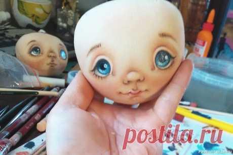 МК: роспись кукольного лица  (автор  - Елена Коннова) Когда смотришь на лица кукол мастеров-профессионалов, кажется, что такое лицо очень сложно и нереально сделать самому. Однако пошаговый мастер-класс ниже описывает процесс «от и до» и показывает, что, даже если вы не сможете повторить такое с первого раза, создать кукольное лицо сможет...