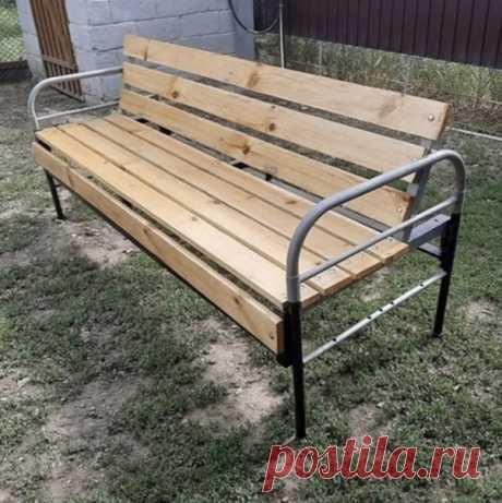 Неожиданное применение старой кровати из СССР. Оказалось довольно симпатично, и практично.