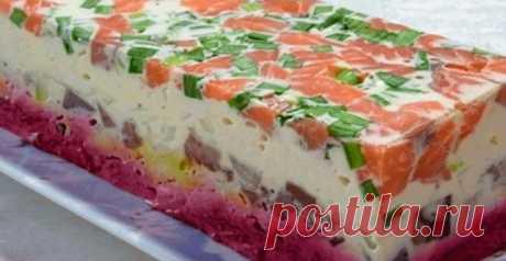 Салат «Сельдь под шубой по-новому»…  Ингредиенты: Сельдь — одна тушка Лук зеленый — один пучок Семга — 150 граммов. Можно заменить любой соленой или копченой красной рыбой Сыр плавленный — два или три сырка Морковь отварная — две средни…