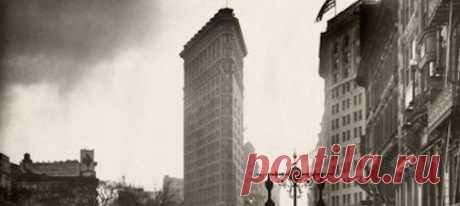 Флэтайрон-билдинг — один из первых небоскребов Нью-Йорка. Его фото было опубликовано в National Geographic в июле 1918 года для заметки «Нью-Йорк — центр человечества».