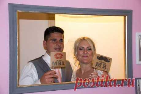 Вдова пересматривала свои старые фото с мужем и заметила на них одну важную деталь