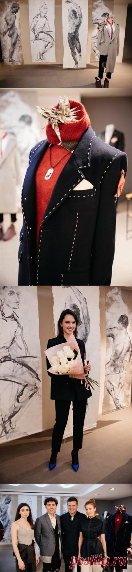 Коллекция состоит из классических предметов базовых цветов (черного, белого, синего, серого, хаки и красного): можно встретить привычные пиджаки, пальто, рубашки и брюки, но в каждой вещи четко прослеживается рука мастера и фирменный почерк дизайнера. Предметы гардероба дополнены «инфантильными» деталями и необычными яркими акцентами: цветными вставками на коленях, раскрашенными вручную воротниками, контрастными строчками и подкладками. «Яркие цвета всегда прекрасны — смело экспериментируйте и м