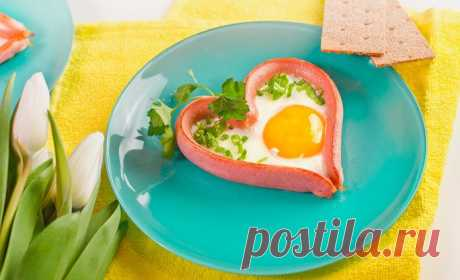 Завтрак для влюблённых представляет из себя сосиску, скрученную в сердечко, и пожаренное яйцо