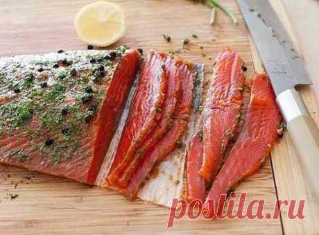 Быстрый засол красной рыбы. Такую вкусную красную рыбу можно приготовить в домашних условиях очень просто и быстро с минимум ингредиентов. Аромат и нежнейший вкус Вам обеспечен. Ингредиенты: Лосось (филе) - 300 г Укроп - 1 пучок Чёрный перец горошком - 1 чайная ложка Лимон (цедра, сок) - 1 шт Сахар - 2 чайных ложки Соль - 4 чайных ложки Коньяк или водка - 3 столовых ложки Смесью ингредиентов натрите рыбу. Оберните в пищевую пленку и оставьте мариноваться в холодильнике не меньше, чем на 48 часов