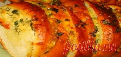 Хрустящий хлебушек пропитанный маслом, сыром и чесночком .
