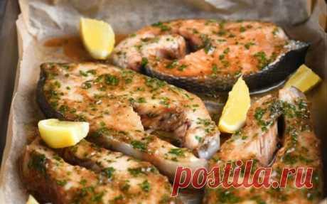 Запеченная рыба с чесночным соусом. Вкус потрясающий!  На приготовление такой рыбы уходит не больше 20 минут. Таким способом готовлю и красную, и белую рыбу. Просто выкладываю ее в форму, поливаю ароматным соусом и запекаю около 15 минут. Рыба получается нежная, сочная и невероятно вкусная. Подавать ее можно с рисом, жареными или запеченными овощами.  ИНГРЕДИЕНТЫ: 3 куска кета (600 гр.) 1 кусок форель (200 гр.) 1 ст.л. соевый соус 3/4 ч.л. лимон (цедра) 2 зубчика чеснок (б...