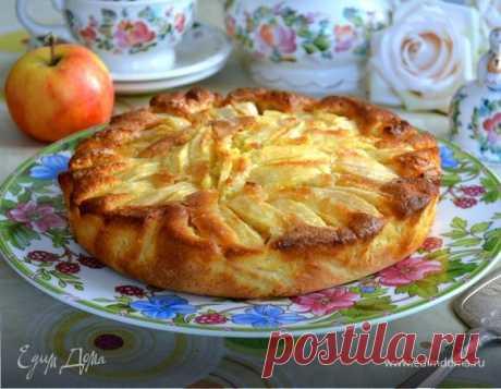 Italian rural apple pie. Ingredients: egg yolks, sugar, butter