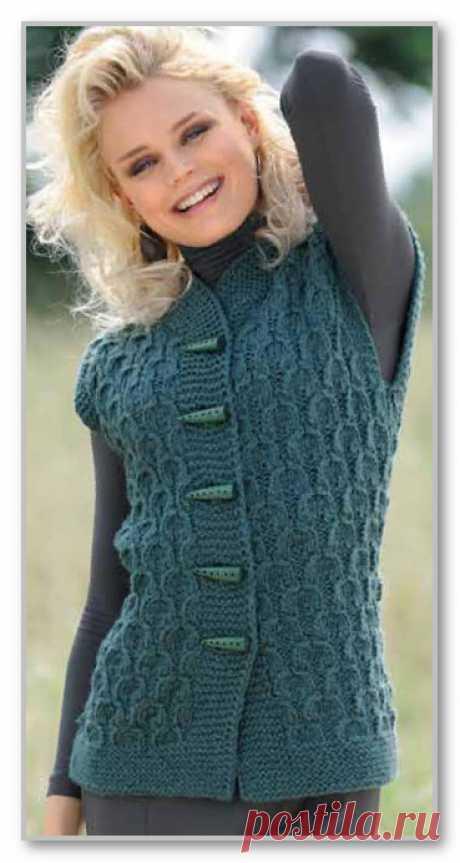 Вязание спицами. Фотогалерея женских вязанных моделей. Жилет на пуговицах, с рельефным узором, и шарф-капюшон. Размер: 38/40 (42/44) 46/48