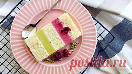 Торт Феличита - это нежнейшие кокосовые бисквитные коржи с лимонной пропиткой, фисташковый и вишневый мусс с целыми ягодами, прослоенные воздушным кремом чиз