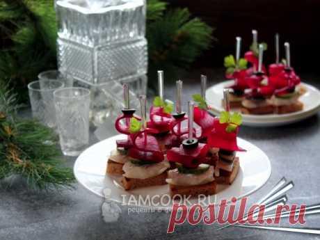Канапе с селедкой и свеклой — рецепт с фото Вкусная и красивая закуска для праздничного стола (на Новый год, день рождения) и дружеских вечеринок. Готовим из отварной свеклы и сельди.
