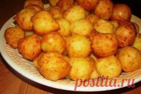 Пампушки из картофеля   Ингредиенты:  Картофель 1/2 кгЯйца 2 шт.Сыр 100 гКрахмал 2 ст.л.Соль по вкусу Способ приготовления:  Подготавливаем все ингредиенты и приступаем к приготовлению пампушек из картофеля. Сперва необход…