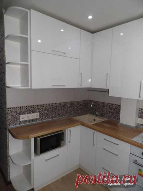 Дизайн маленькой кухни 7 кв. м со спрятанной газовой колонкой и трубами (9 фото)