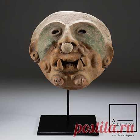 Маска, Эквадор, культура Джамакоа (около 500 г. н.э.) Представленная маска отражает момент трансформации шамана. Человеческие черты (глаза, уши, нос) смешаны с кошачьими (огромные клыки, пучки шерсти на подбородке).